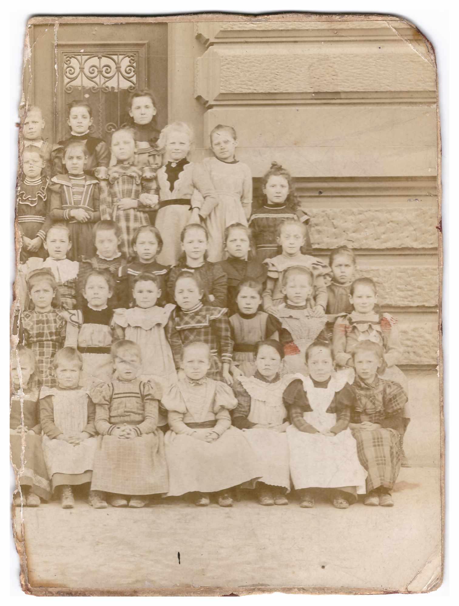 Bild: Klassenfoto einer Mädchenklasse, Ort und Datum unbekannt Foto ist unvollständig