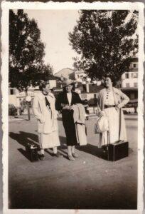 Bild: Gruppenbild mit Frauen und Gepäck, Ort und Datum unbekannt