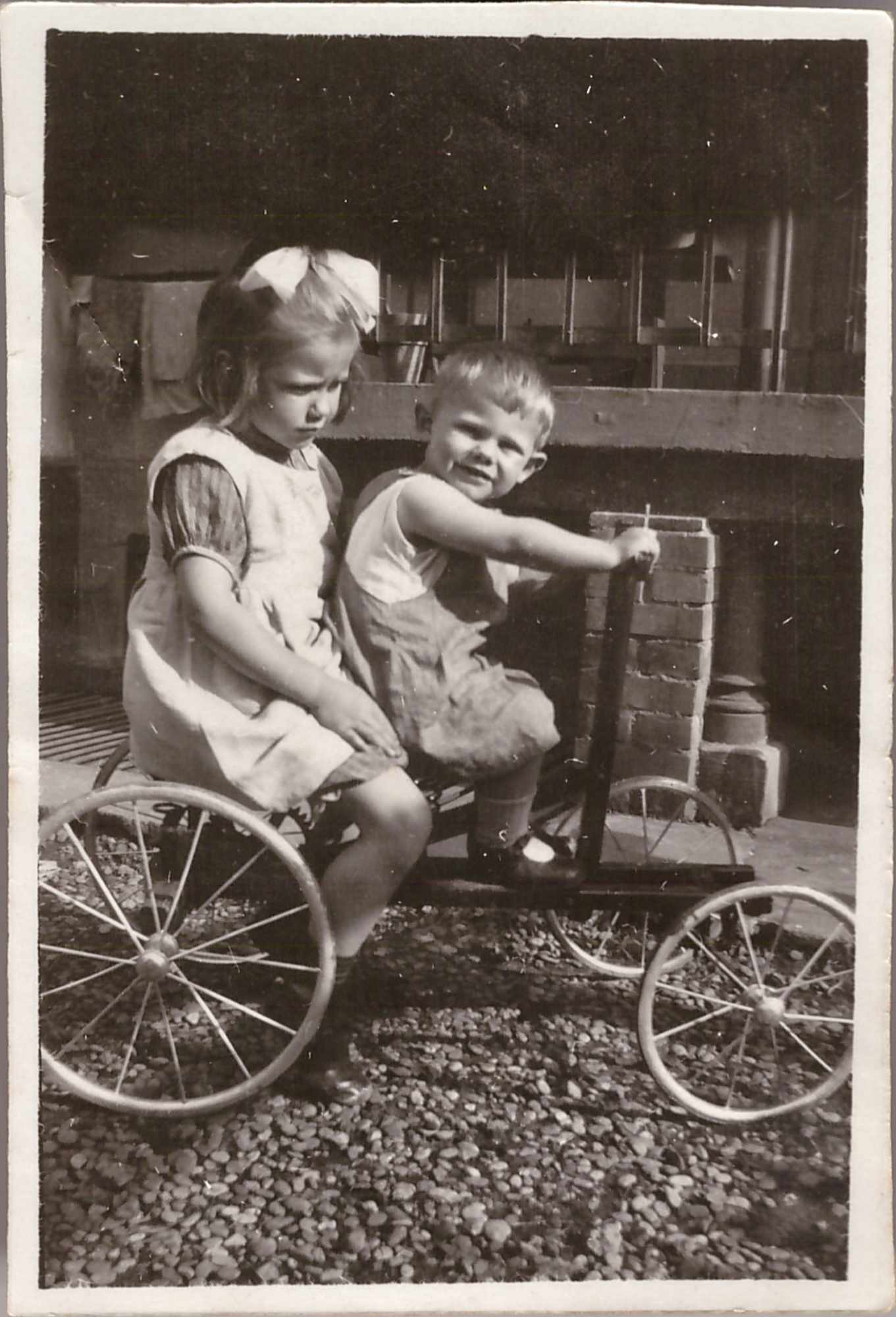 Bild: Gertrud Gürtler und Kurt Gürtler auf einer Draisine