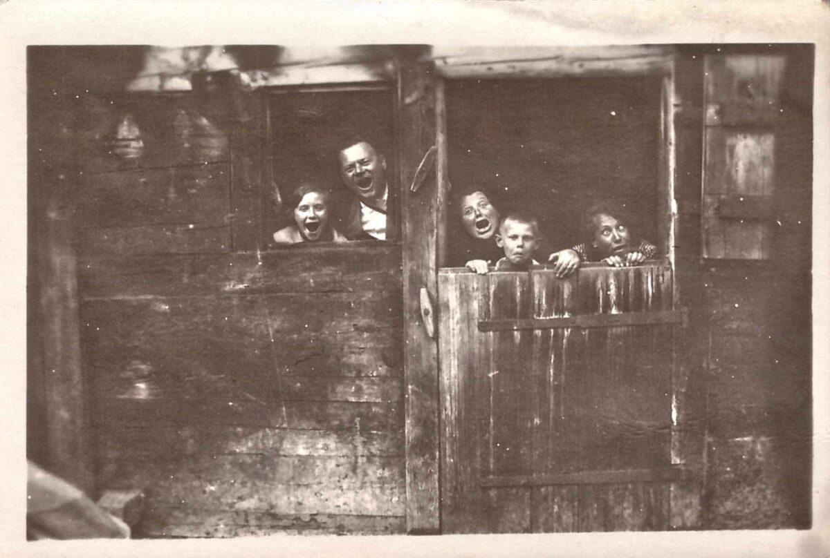 Bild: Familie Gürtler-Baumann grimassiert in einem Stall