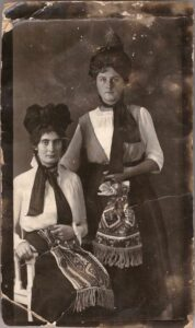 Bild: zwei unbekannte Frauen in Tracht