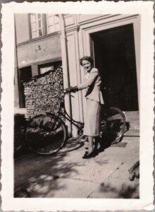 Bild: unbekannte Frau mit Fahrrad