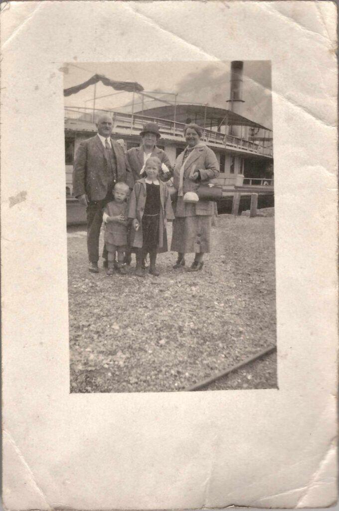 Bild: Familenfoto Maria Gürtler-Bauman mit Kurt und Gertrud und unbekannten Personen (ev. die Eltern von Maria)