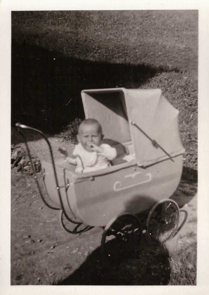 Bild: Säugling in Kinderwagen, ev. Kurt oder Gertrud Gürtler