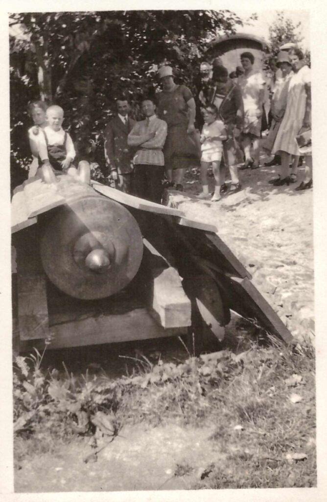 Bild: Familenausflug (Gürtler-Baumann) an einen unbekannten Ort mit Kanone