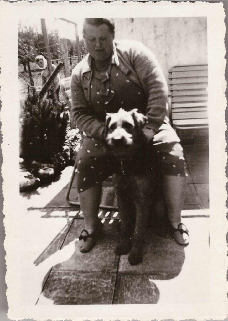 Bild: Maria Gürtler-Baumann mit Hund Rex (Airedale Terrier)
