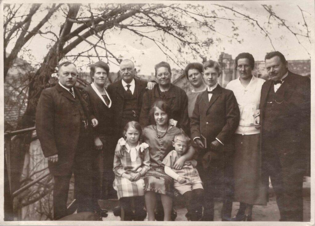 Bild: Gruppenfoto u.a. mit Familie Albert und Maria Gürtler-Baumann mit Sohn Kurt und Tochter Gertrud (Gerty)