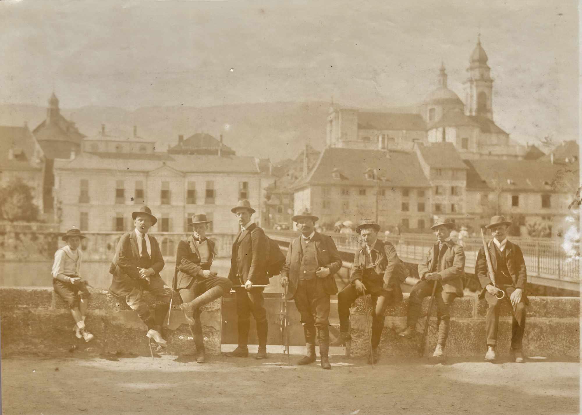 Bild: Männergruppe in Solothurn, Hintergrund St. Ursen-Kathedrale (ca. 1900)