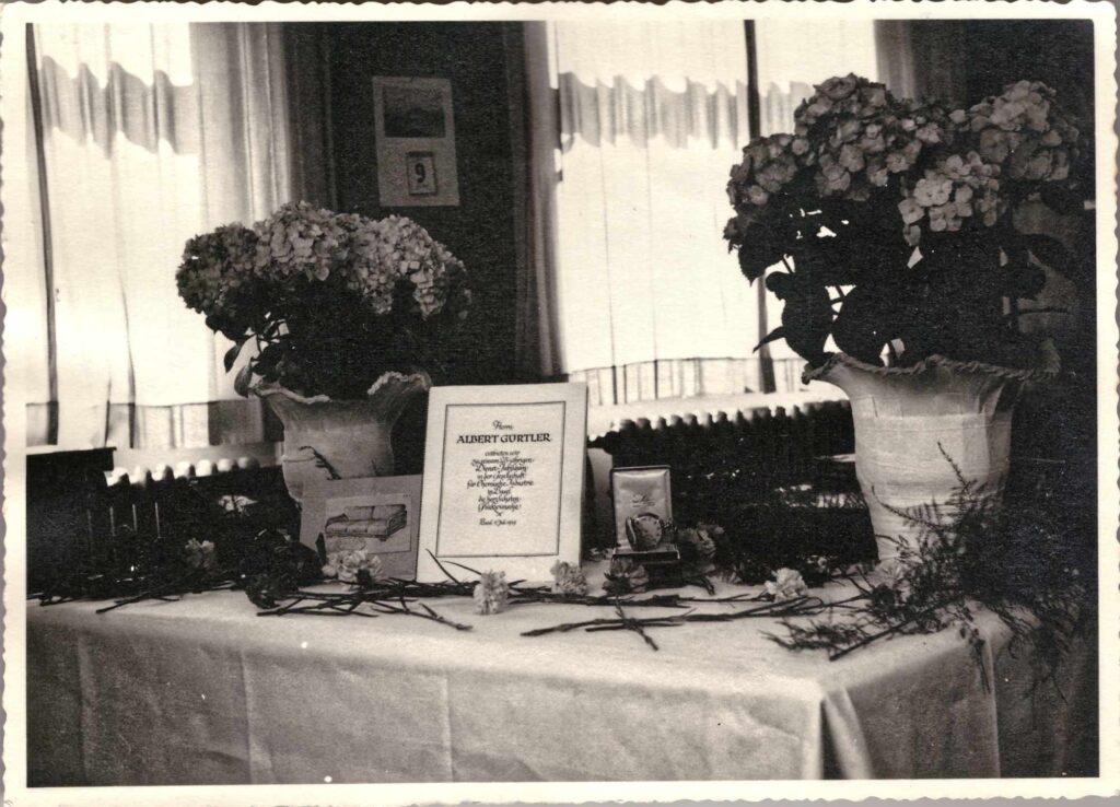 Bild: Gabentisch für das 25-Jahr Firmenjubiläum in der Ciba, Basel am 9. Juli 1939