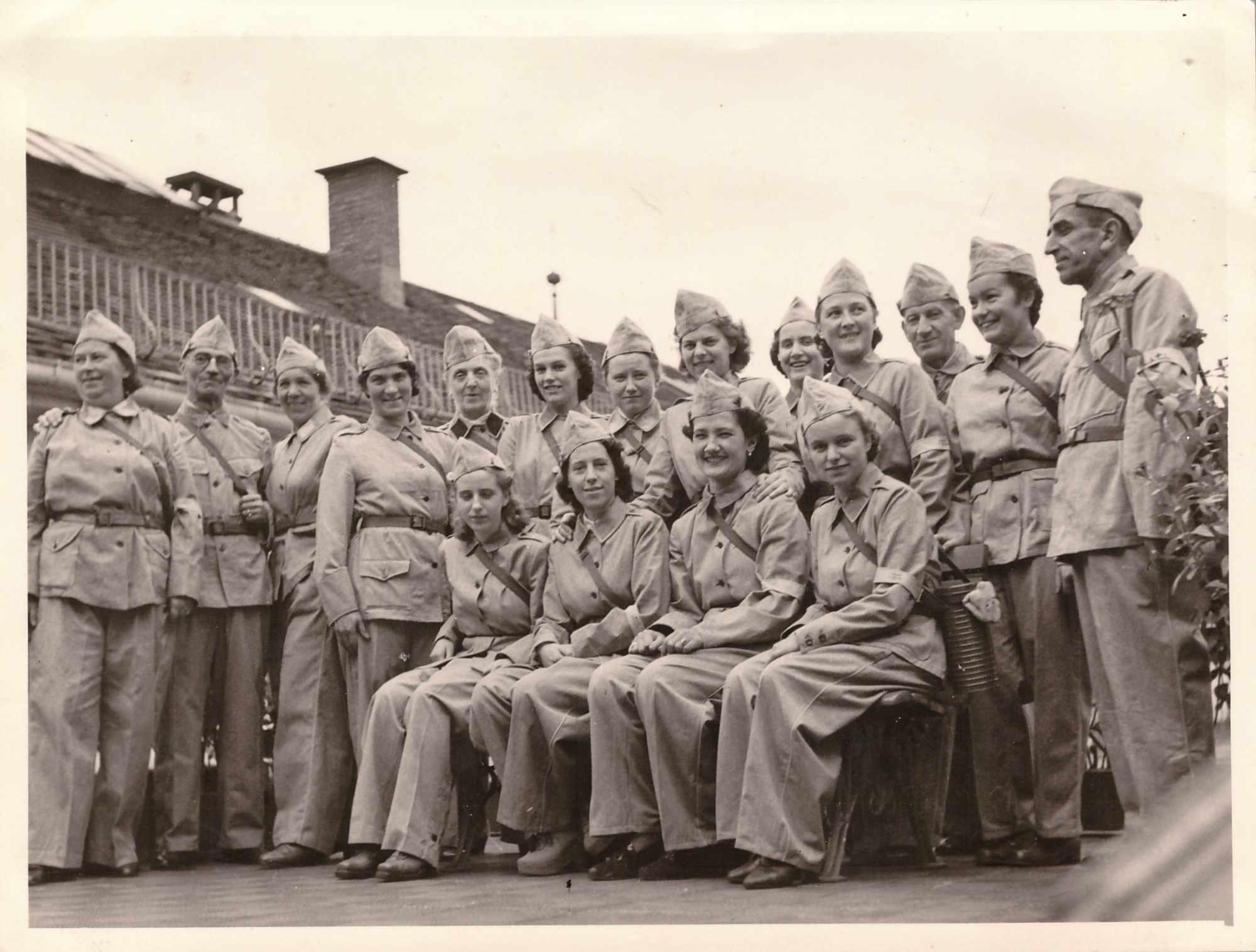 Bild: Mitarbeitende der Firma «Wilder Mann» in Uniform für den Luftschutzeinsatz