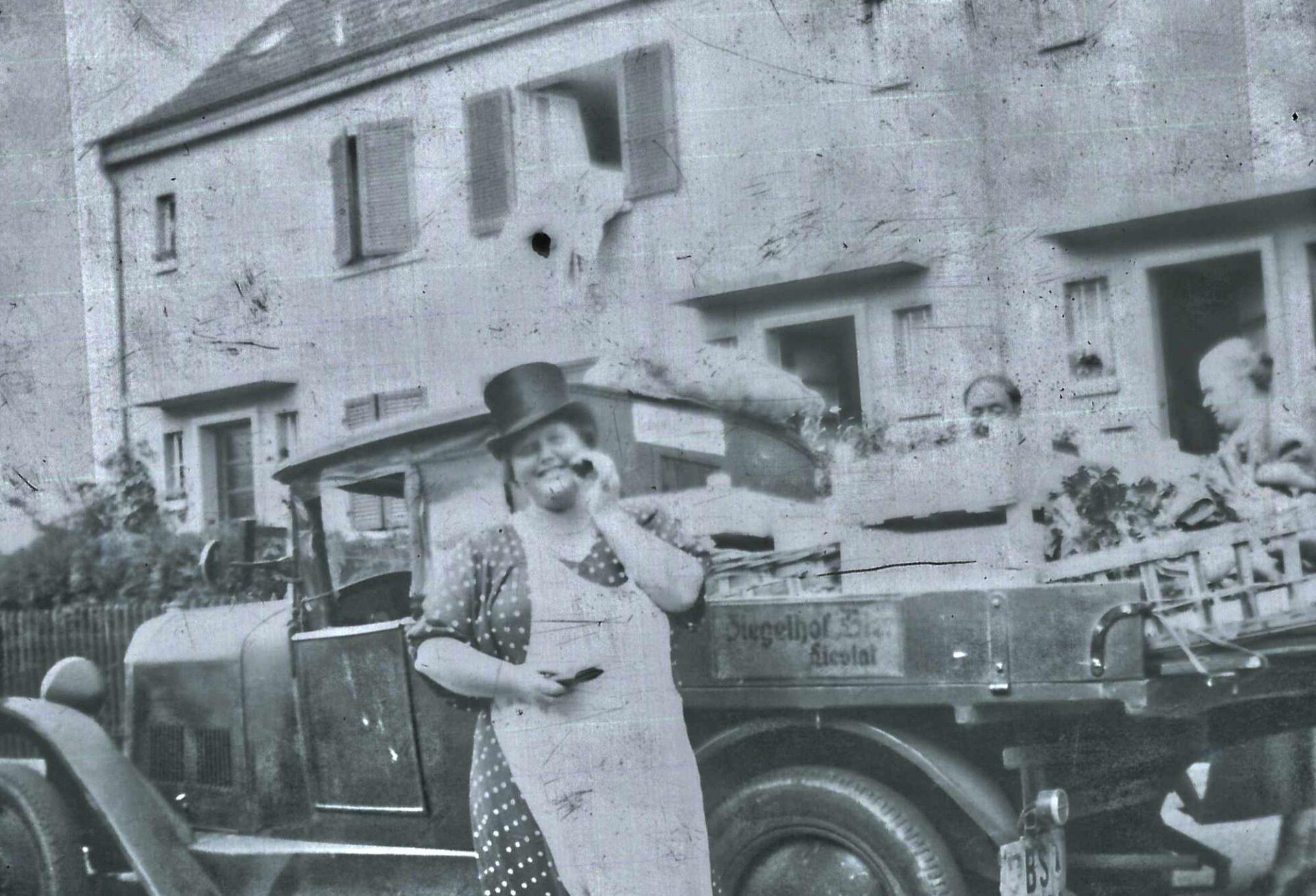 Bild: Maria Gürtler-Baumann an einem Gemüsewagen