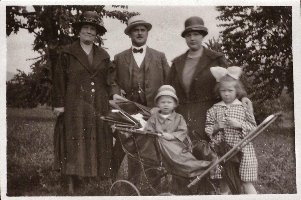 Bild: Gertrud (JG 1918)) mit Bruder Kurt, Mutter Maria (re oben JG??) und Grosseltern