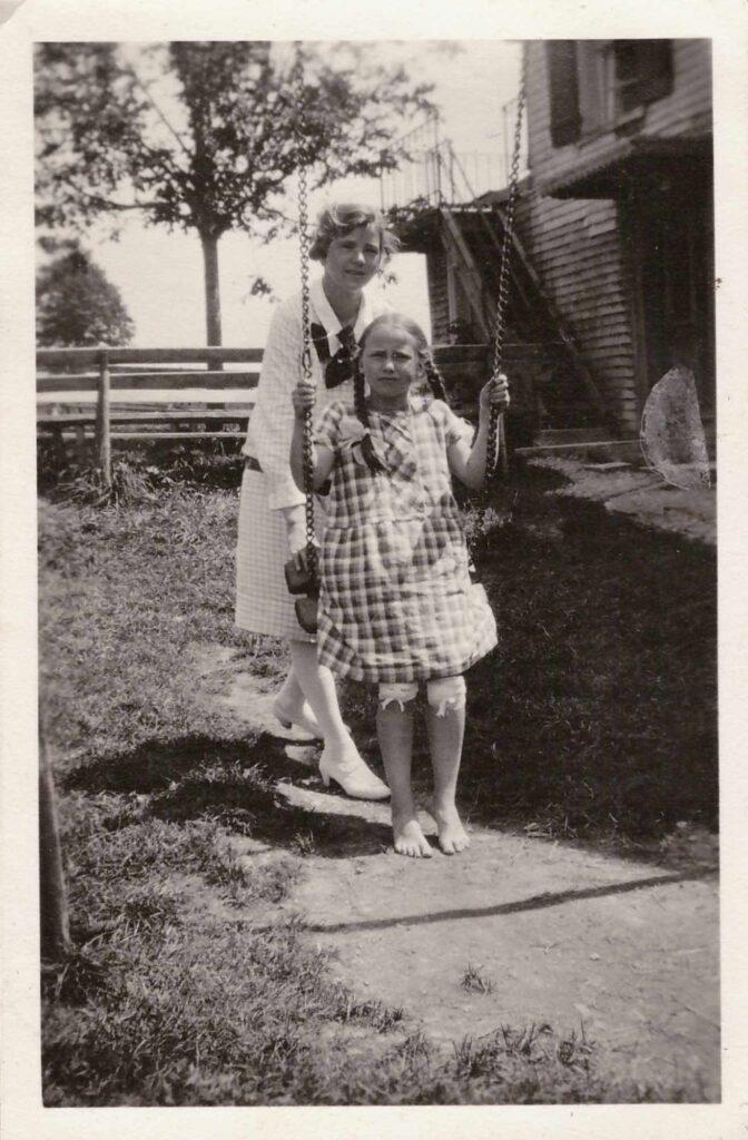 Bild: Gertrud Gürtler auf Schaukel mit unbekannter Person
