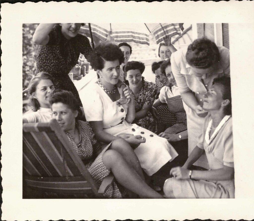 Bild: Abschiedsfest (Wälle!) beim «Brütschli» Gertrud Gürtler stehend rechts