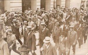 Damals: Vorbeimarsch Zunft zu Weinleuten in der Freie Strasse, Basel am 1. August 1922