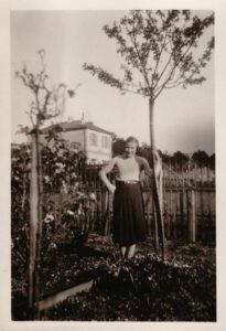 Damals Gertrud Gürtler im Garten