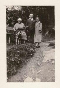 Damals: Maria Gürtler-Baumann (auf Bank sitzend) mit Sohn Kurt und unbekannte Personen