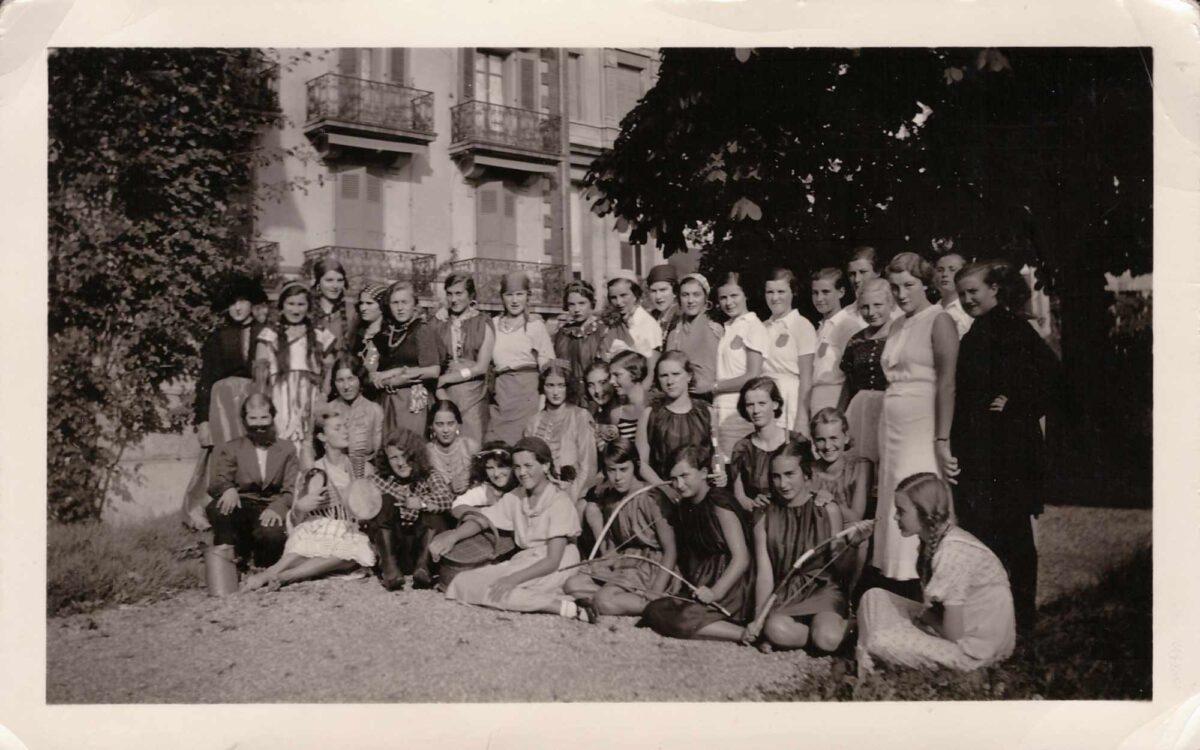 Bild: Gruppenfoto Mädchenpensionat «La Romande» soirée zum Thema «Herren und Damen»