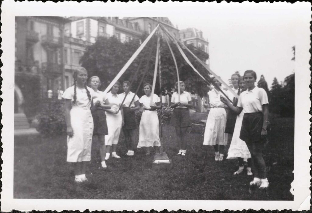 Bild: Gruppenfoto Mädchenpensionat «La Romande» (May Pole in english mit E.E. Phillips)