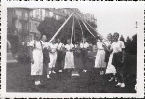 Damals: Gruppenfoto Mädchenpensionat «La Romande» (May Pole in english mit E.E. Phillips)