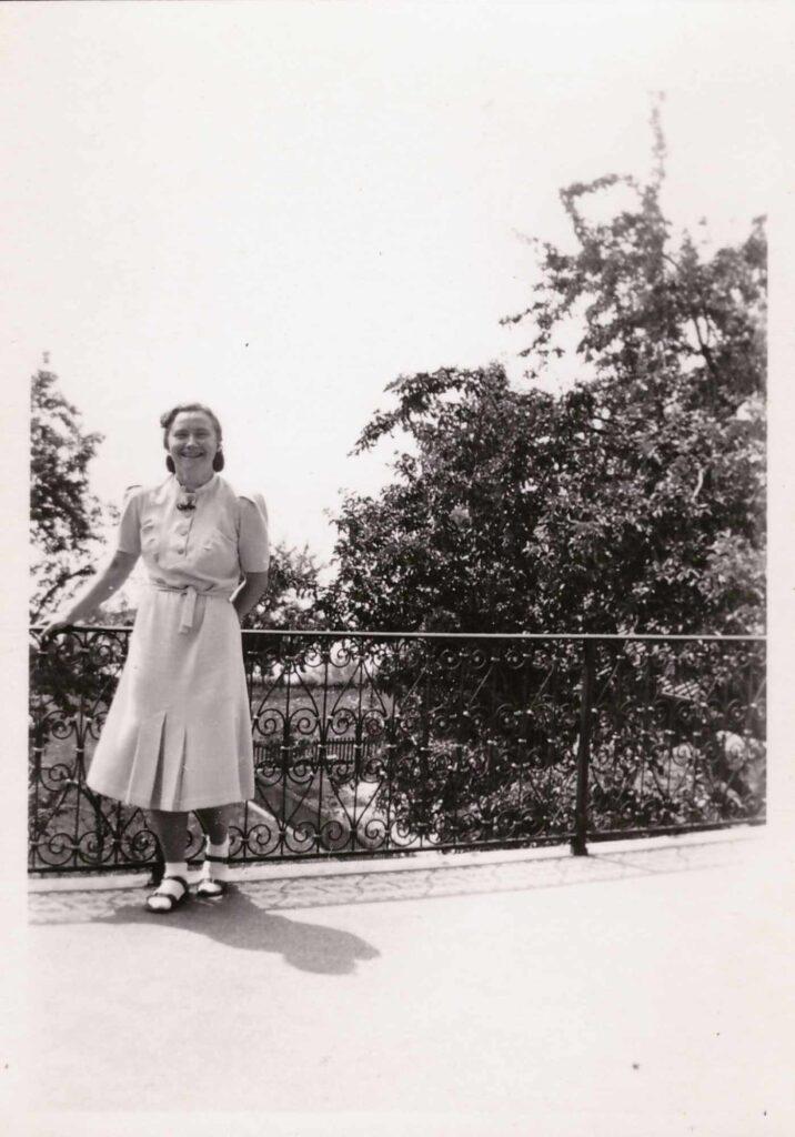 Bild: Gertrud Gürtler posiert in einem Park