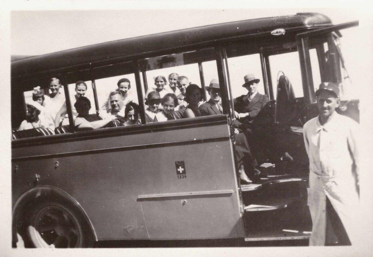 Bild: Familie Gürtler mit dem Postauto unterwegs