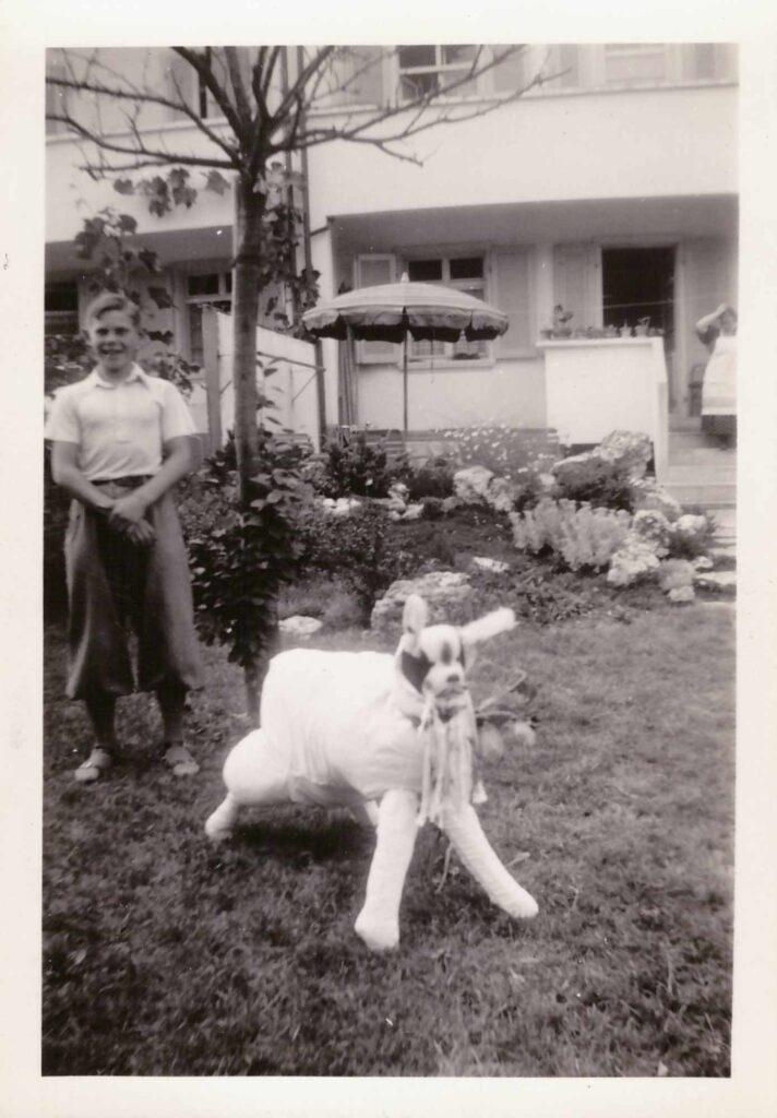 Bild: Kurt Gürtler im Garten mit einem Hund (oder Schaf?) Marke «Eigenbau»