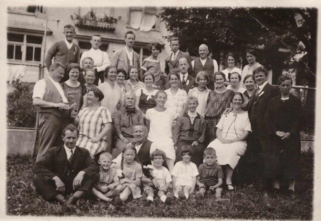Bild: Gruppenbild u.a. mit Familie Gürtler-Baumann und vielen unbekannten Personen