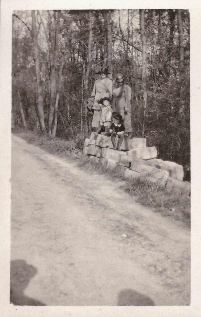 Bild: Schnappschuss, Maria Gürtler-Baumann, Gertrud und Kurt und unbekannter Person