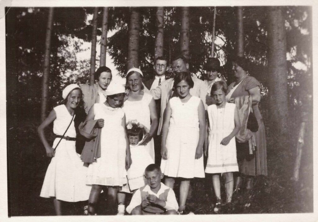 Bild: Gruppenfoto Familie Gürtler-Baumann und unbekannten Personen