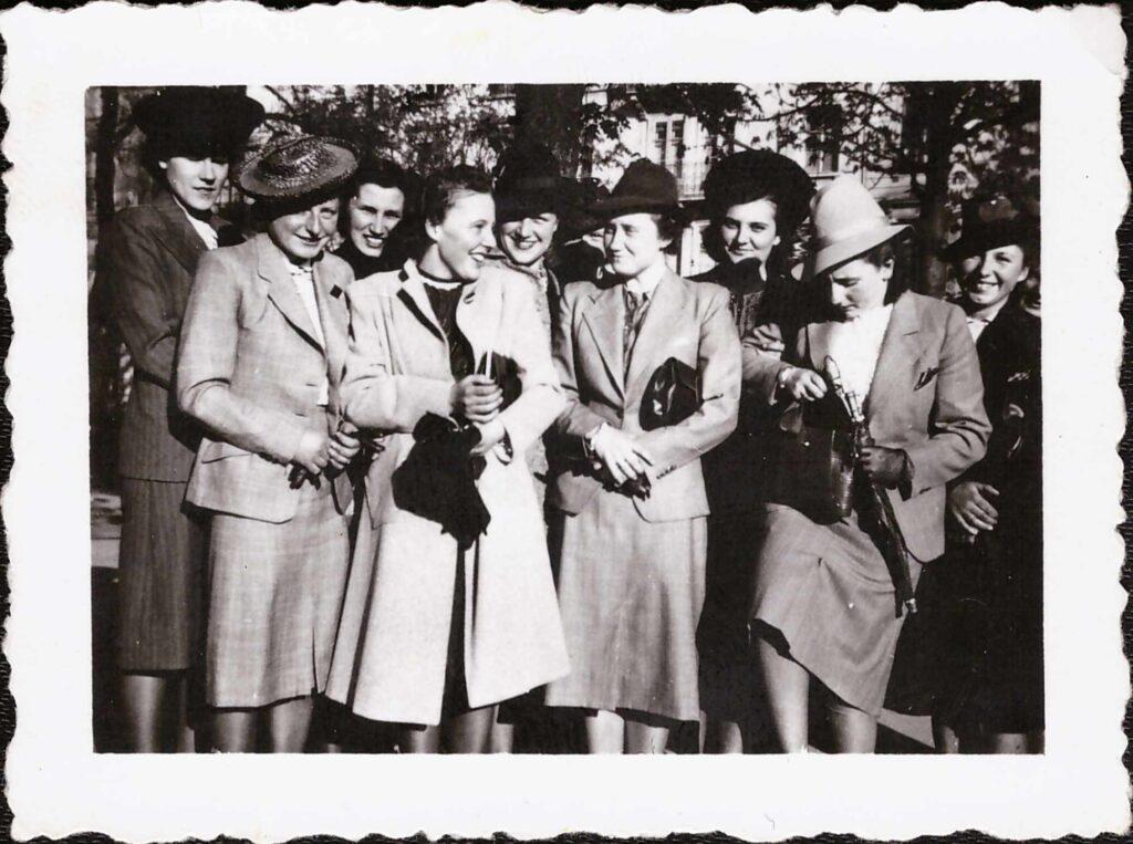 Bild: Gertrud Gürtler mit unbekannten Personen