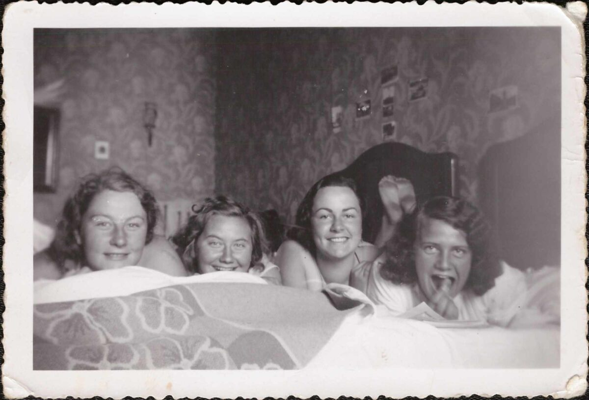 Bild: Gerty Gürtler (2. v. li) im Pensionat mit Freundinnen
