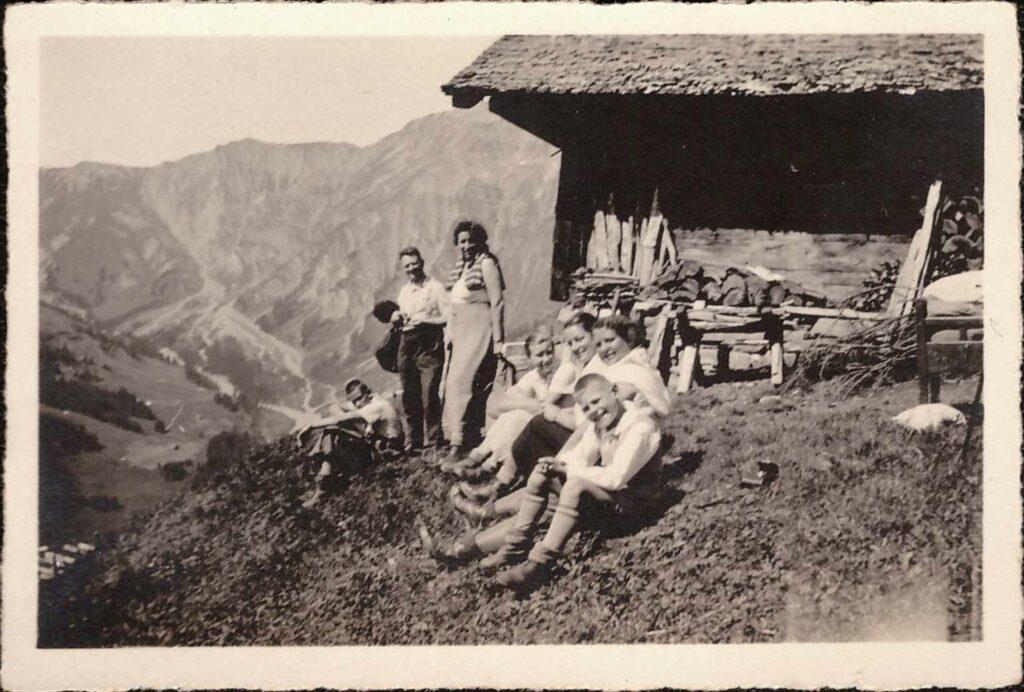 Bild: aus dem Gürtler-Ferienalbum: Pause bei einer Berghütte