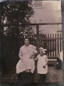 Damals Maria Gürtler-Baumann mit Kurt (auf dem Arm) und Gertrud