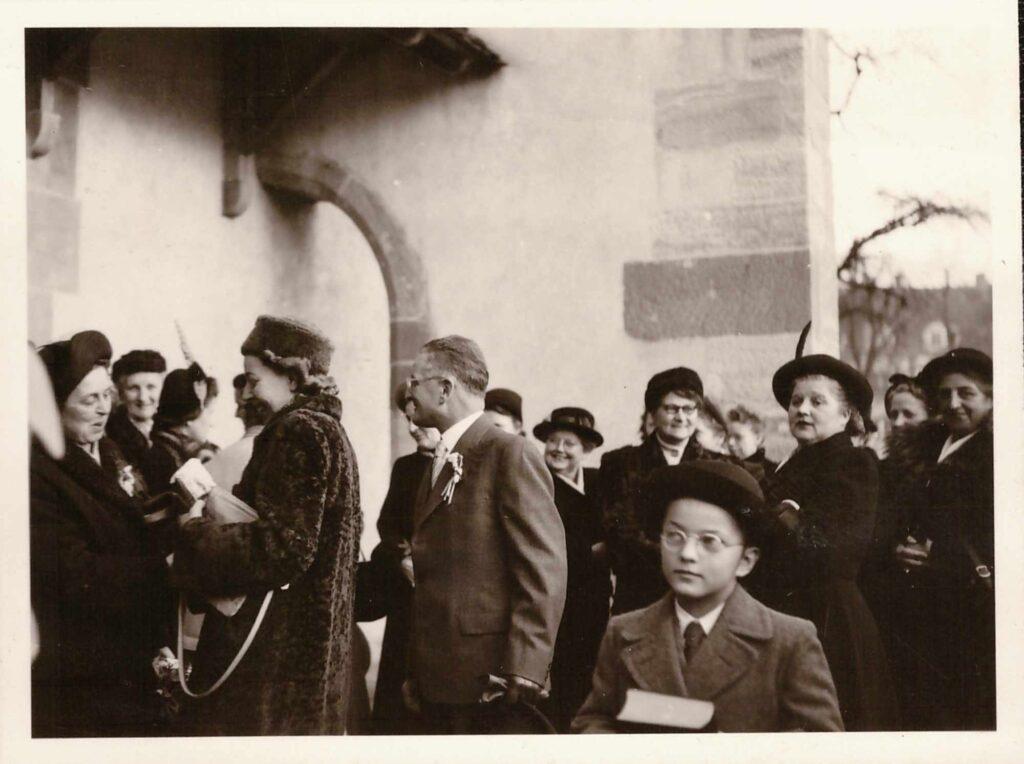 Bild: Maria Gürtler-Baumann (Mitte mit Hut), unbekannter Anlass