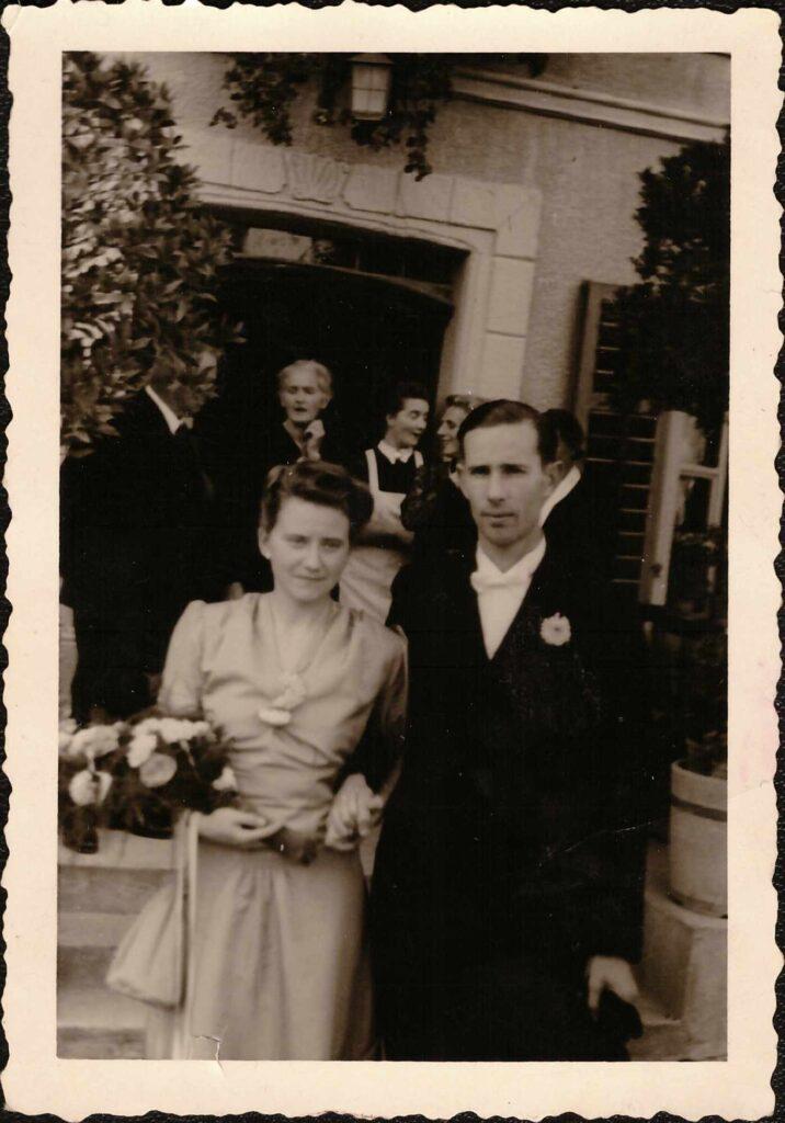 Bild: Gertrud Gürtler mit Ernst Ulrich bei der Hochzeit ihres Bruders Kurt