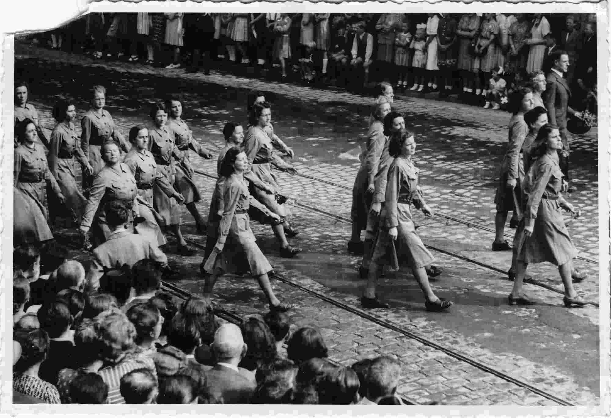 Bild: Parade des Frauenhilfsdienstes FHD