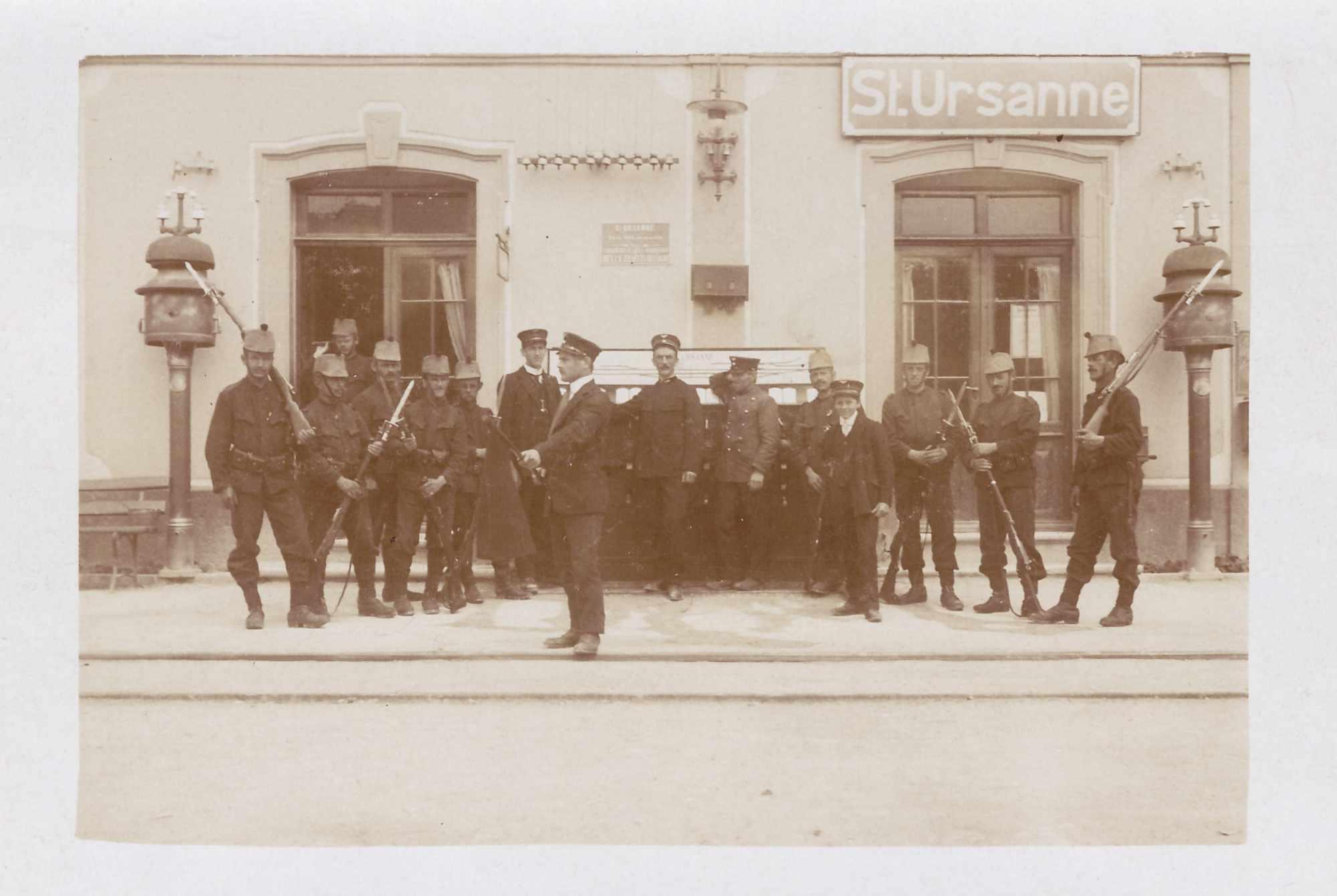 Bild: Guppenfoto mit Albert Gürtler-Baumann, links bei der Türe (in St. Ursannne)