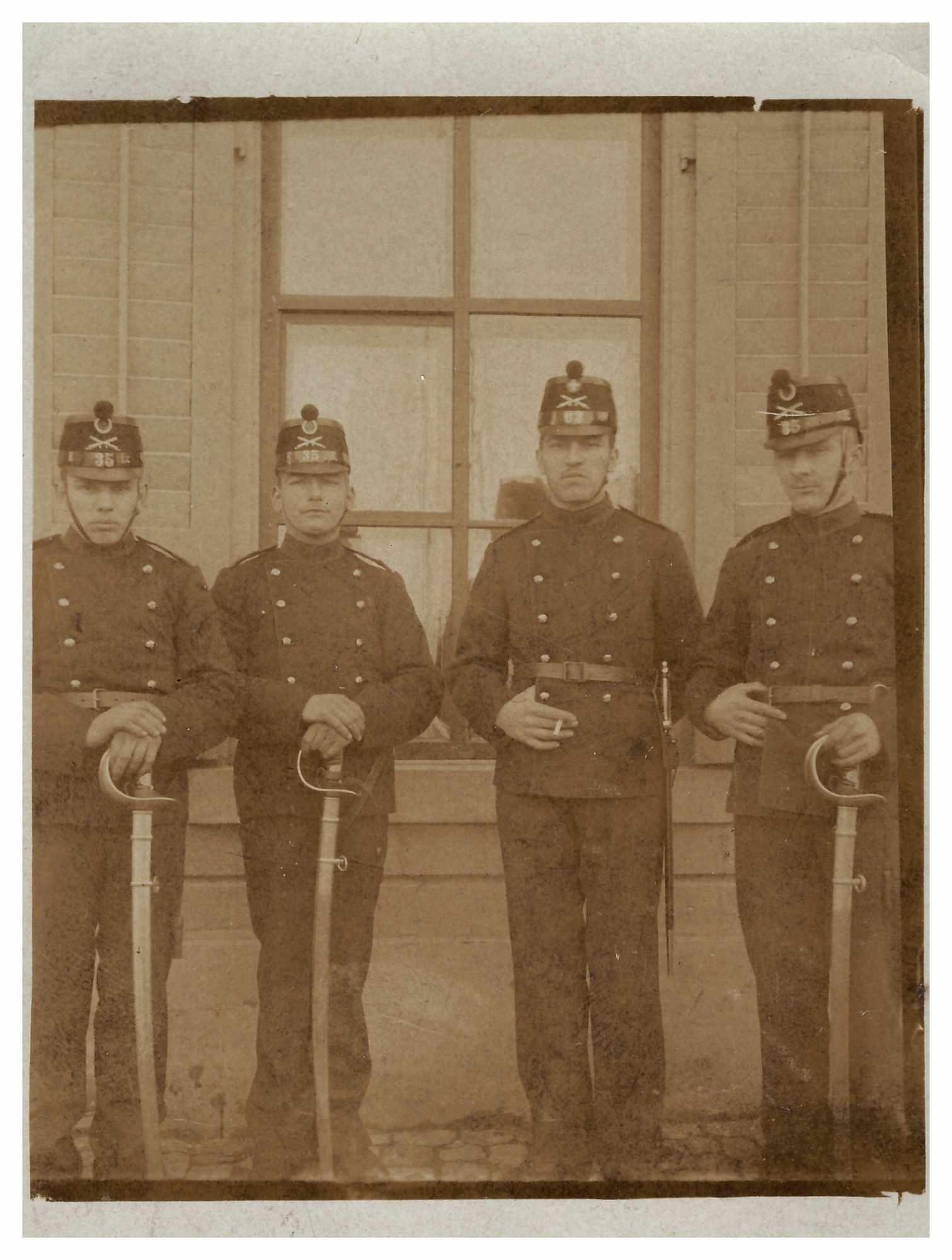 Bild: Guppenfoto mit uniformierten unbekannten Personen