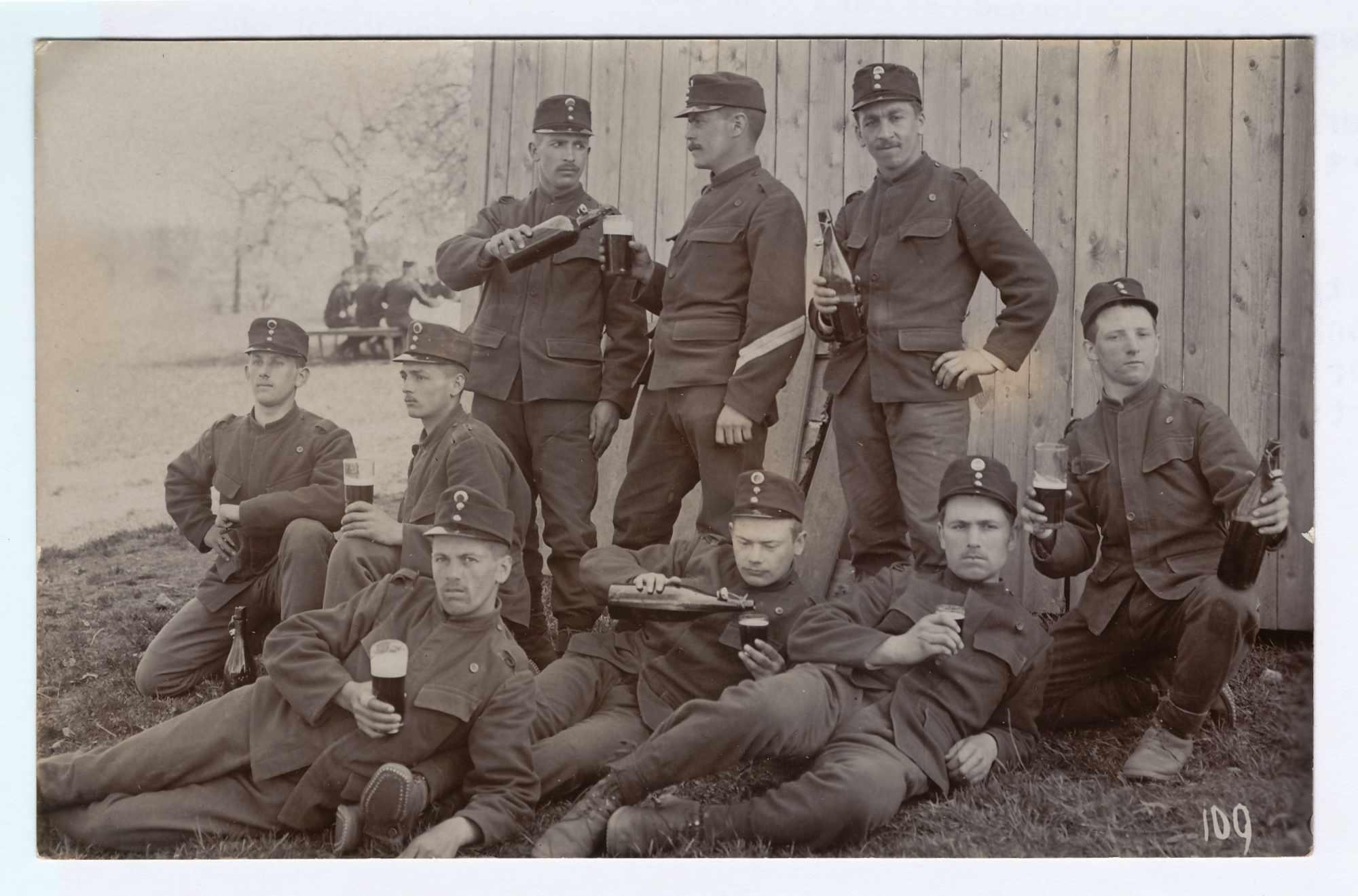 Bild: Gruppenfoto Rekrutenschule in Liestal, 18.6.1910 Albert Gürtler unten Mitte