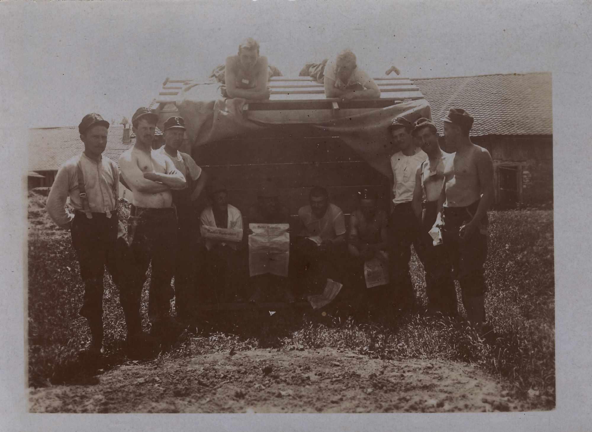 Bild: Gruppenfoto militärischer Alltag