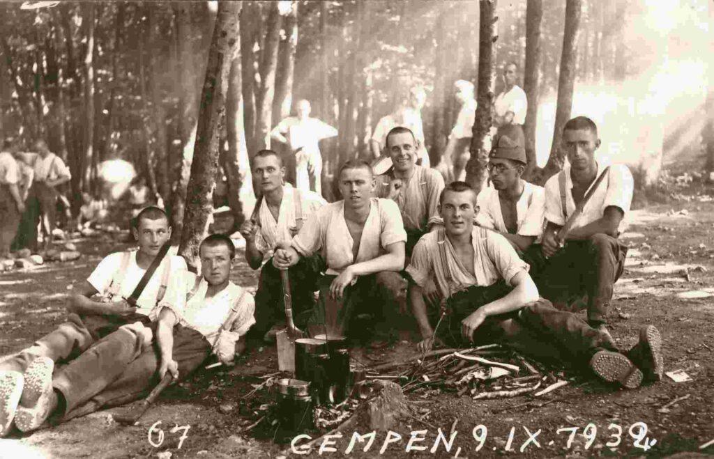 Kriegsjahre Gruppenbild mit unbekannten Soldaten 1932