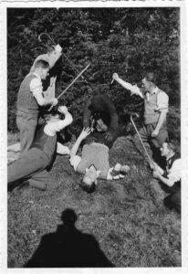 Bild: Kampfszene (Theater?) mit unbekannten Personen