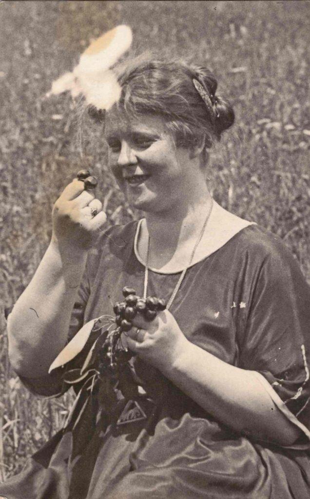 Bild: Maria Gürtler-Baumann beim Kirschen essen