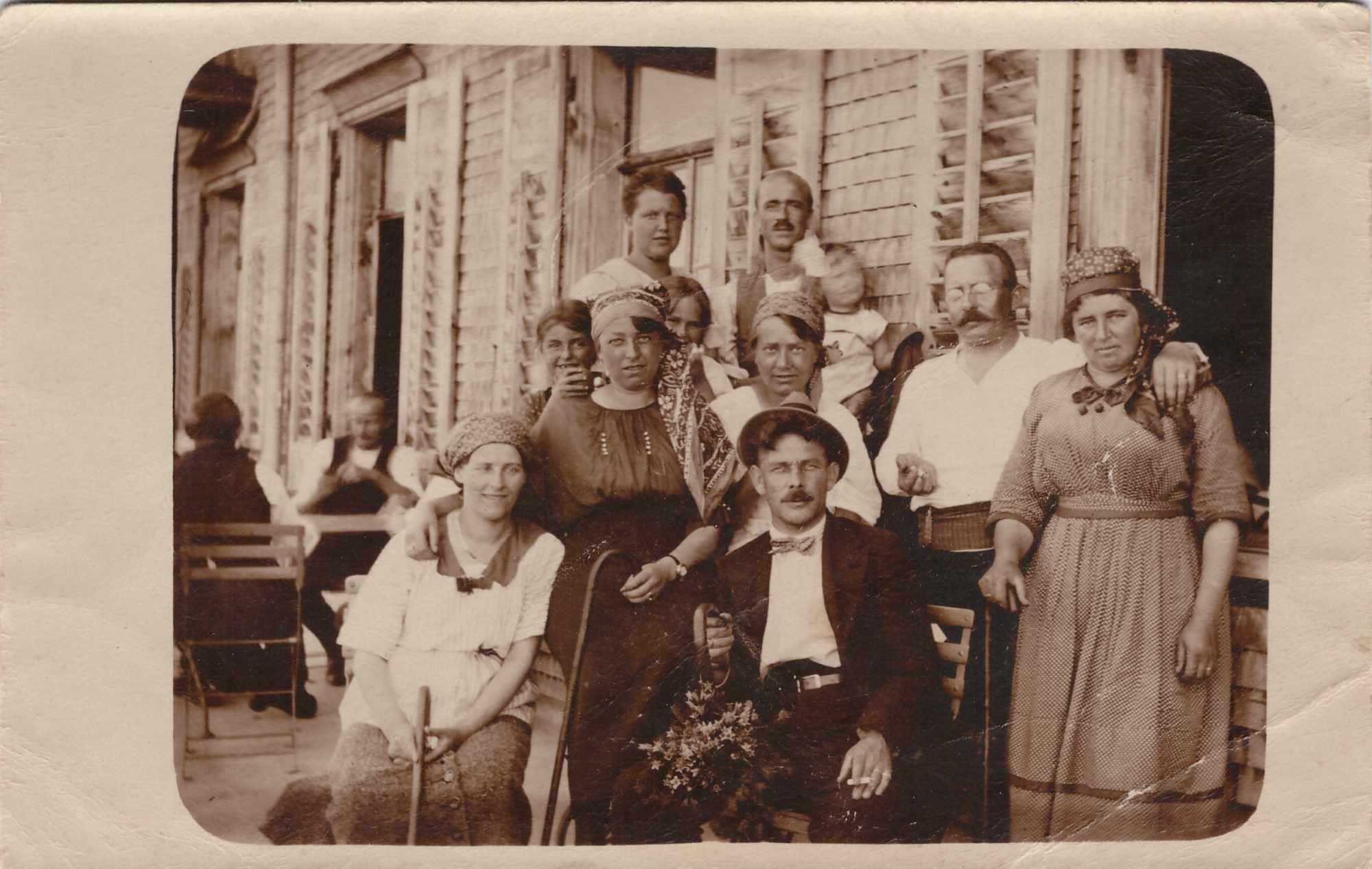 Bild: Familienfoto mit Maria Baumann(oberste Reihe links) ev. 1914