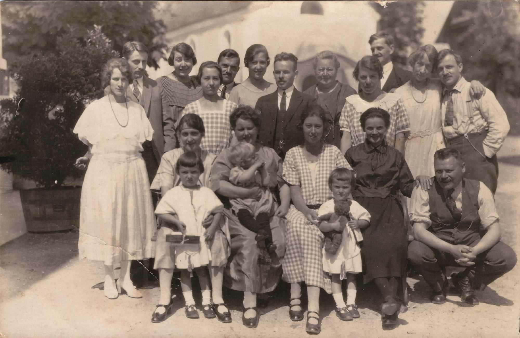 Bild: Familienfoto mit unbekannten Personen ca. 1919