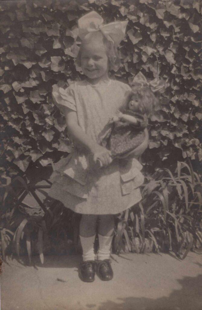 Bild: Gertrud Gürtler mit Lätsch (Schleife) im Haar ca. 1922