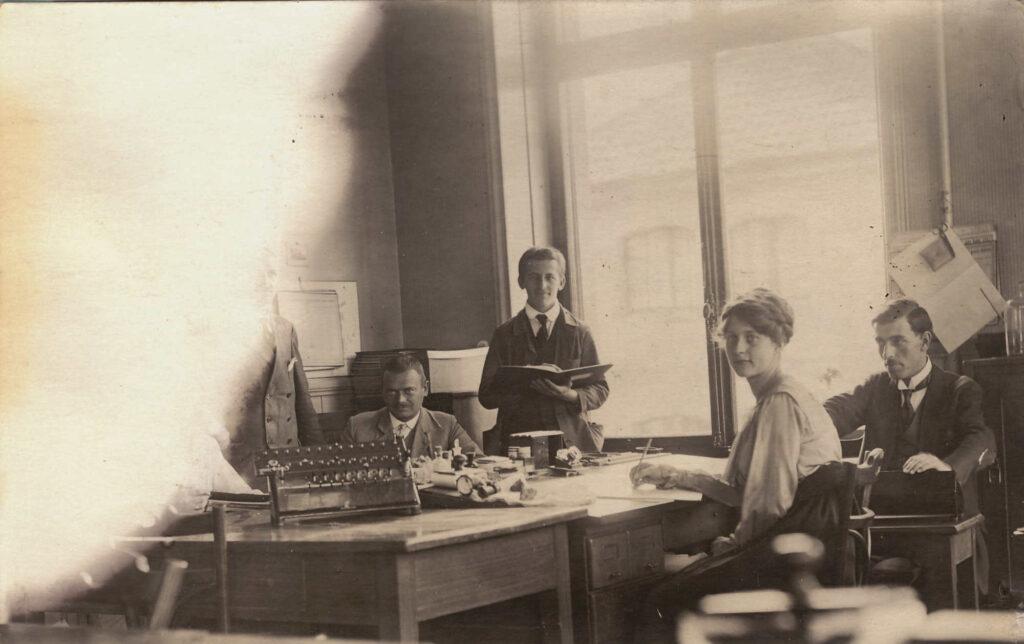 Bild: Albert Gürtler-Baumann am Arbeitsplatz als Kalkulator in der Ciba Basel