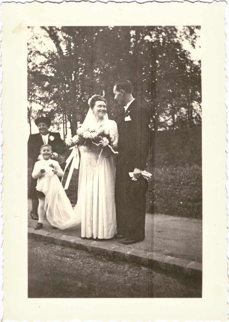 Bild: Ehepaar Ernst und Gertrud Ulrich-Gürtler mit Mutter Maria Gürtler und Neffe René 1946
