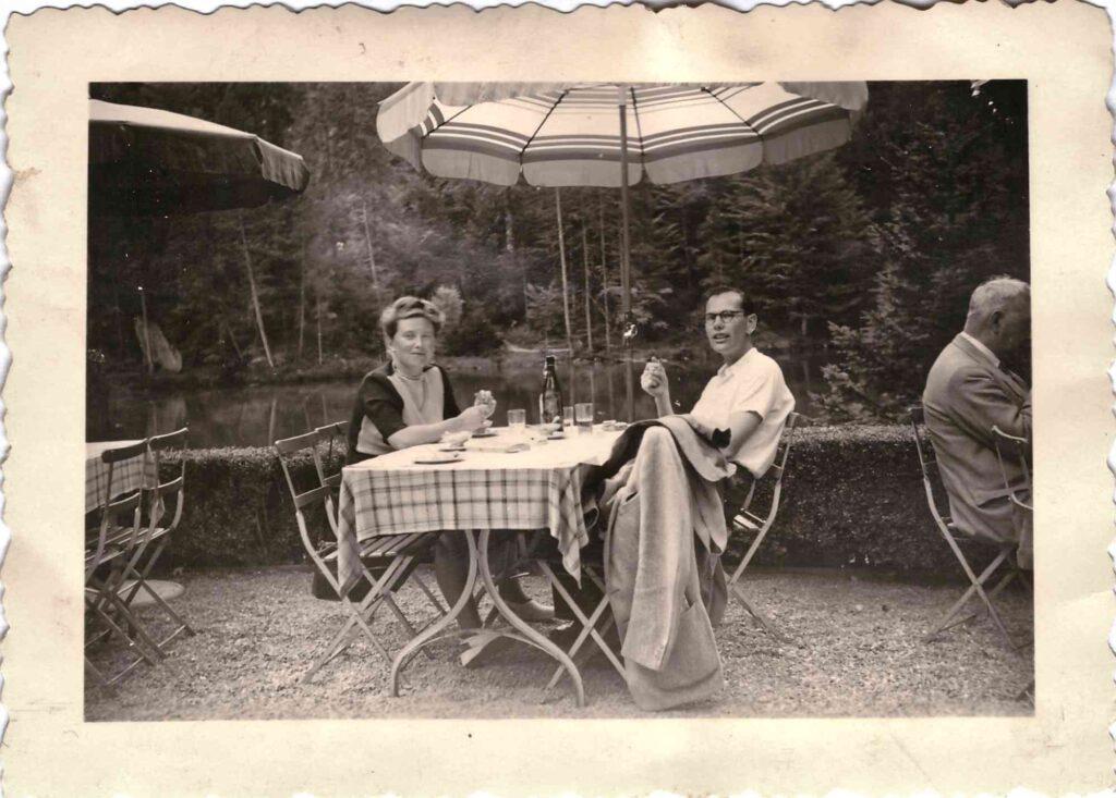 Bild: Gertrud Ulrich-Gürtler mit Schwager Paul Ulrich am Blausee ca. 1946